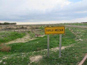 toplu mezar = mass grave